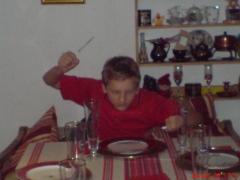 Jaro i sitt rette element, kniv og gaffel parat.