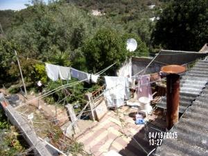 Naboens hage er litt enkel, men klesvasken  er det ingenting i veien med.